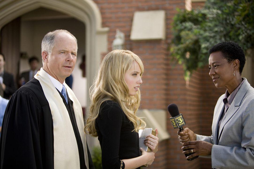 Die gläubige Grace (Megan Park, M.) antwortet der Reporterin (Beebe Smith, r.), dass sie sich nur durch Gottes Hilfe verteidigen konnte - da freut s... - Bildquelle: ABC Family