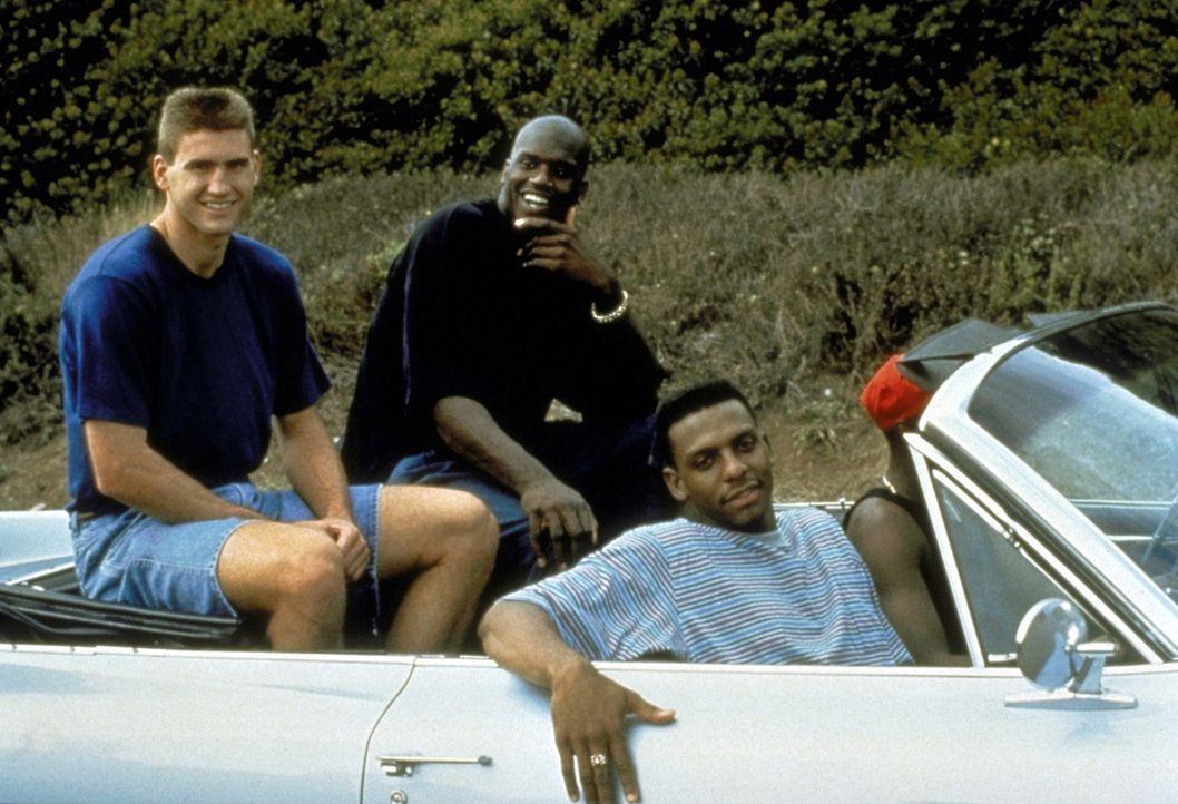 Um die Meisterschaft noch zu gewinnen, heuert Coach Bell die drei Spitzentalente Butch (Anfernee Hardaway, r.), Neon (Shaquille O'Neal, M.) und Rick... - Bildquelle: Paramount Pictures