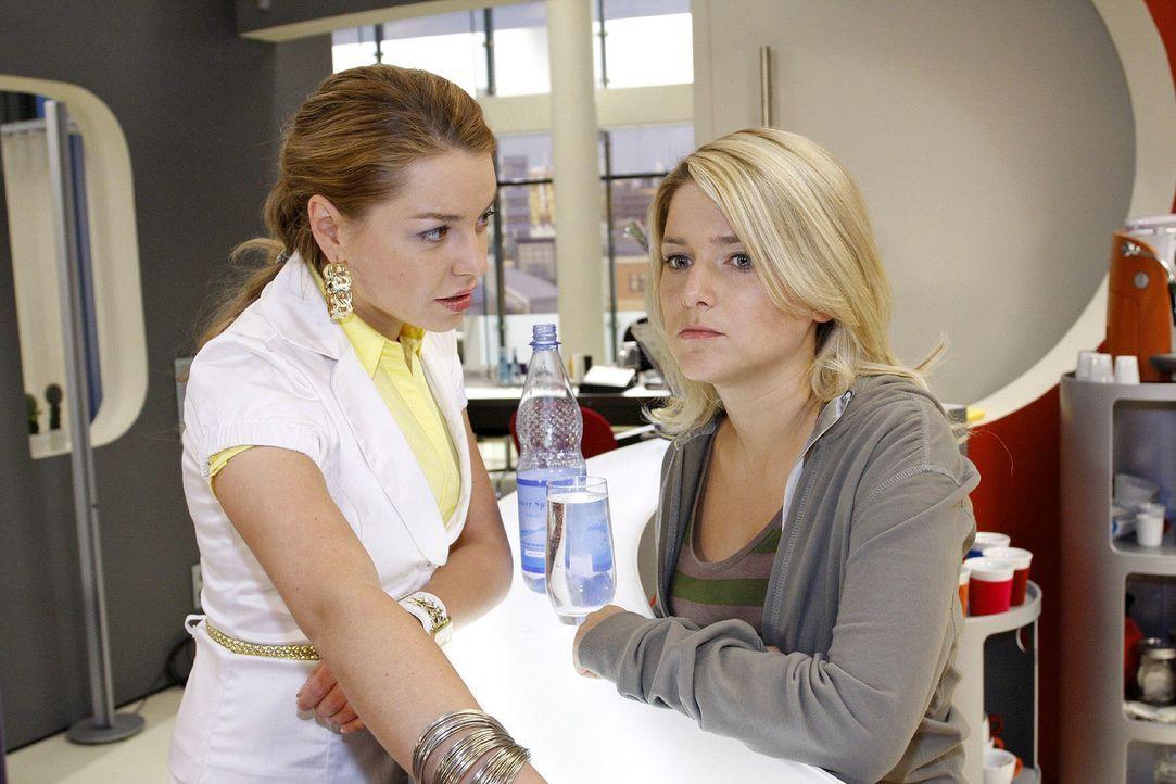 Katja (Karolina Lodyga, l.) hat Anna (Jeanette Biedermann, r.) durchschaut und weiß nun, dass ihre Schwester sich in Jonas verliebt hat. - Bildquelle: Noreen Flynn Sat.1