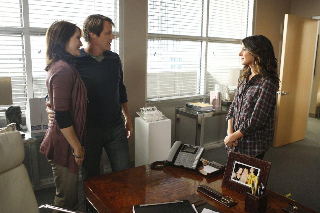 Annie Wilson (Shenae Grimes, r.) fühlt sich von ihrem Chef Peter (Matthew Ashford, M.) und dessen Frau Katherine (Lisa Waltz , l.) angemacht, als d... - Bildquelle: TM &   CBS Studios Inc. All Rights Reserved