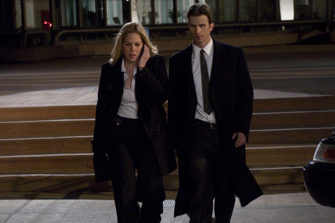 Hat sich Marshalls (Frederick Weller, r.) Zeuge Norman selbst getötet oder nicht? Mary (Mary McCormack, l.) steht zu ihrem Partner ... - Bildquelle: USA Network