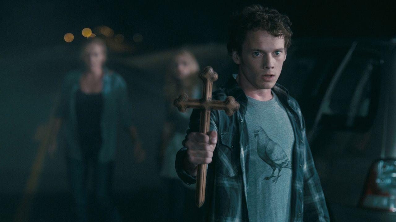 Bewaffnet mit einem Kruzifix will Charley (Anton Yelchin) Jerry auf seinem blutigen Beutezug stoppen. Doch so einfach lässt sich ein Vampir nicht i... - Bildquelle: Lorey Sebastian, John Bramley Dreamworks Studios.  All rights reserved