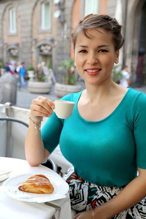 In einem Café genießt Rachel eine ganz besondere italienische Gebäckspezialität: Sfogliatelle ... - Bildquelle: Richard Hall BBC 2014