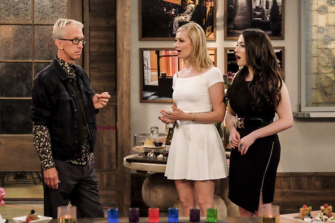 Caroline (Beth Behrs, M.) und Max (Kat Dennings, r.) sind geschockt, als J. Petto (Andy Dick, l.) zu einem neuen Schlag gegen sie ansetzt ... - Bildquelle: Warner Bros. Television