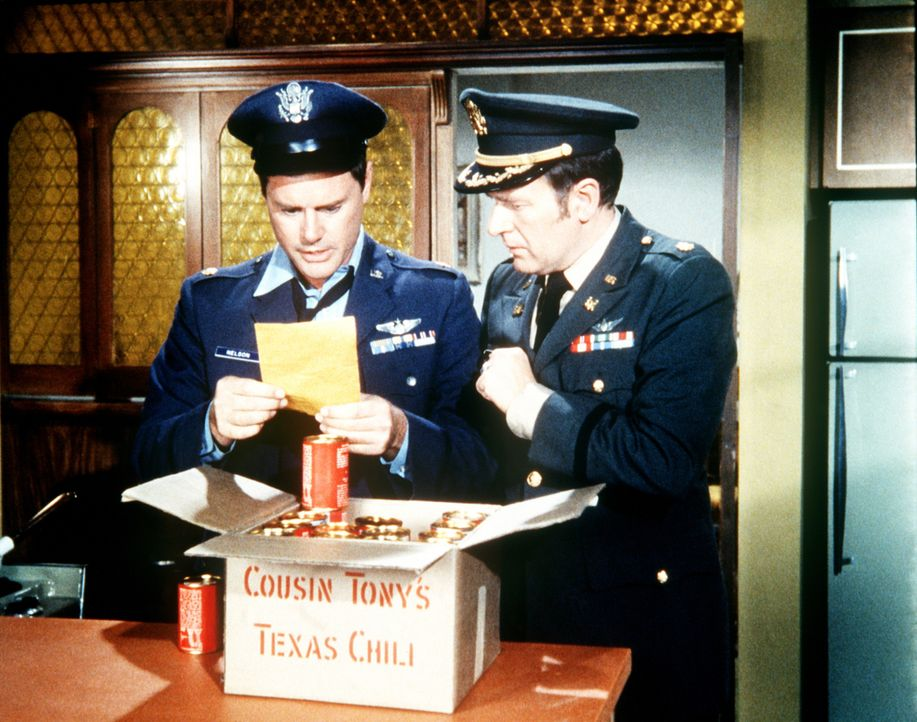 Tony (Larry Hagman, l.) und Roger (Bill Daily, r.) sind hinter Chili-Konserven her, die Jeannie in den Handel gebracht hat. - Bildquelle: Columbia Pictures