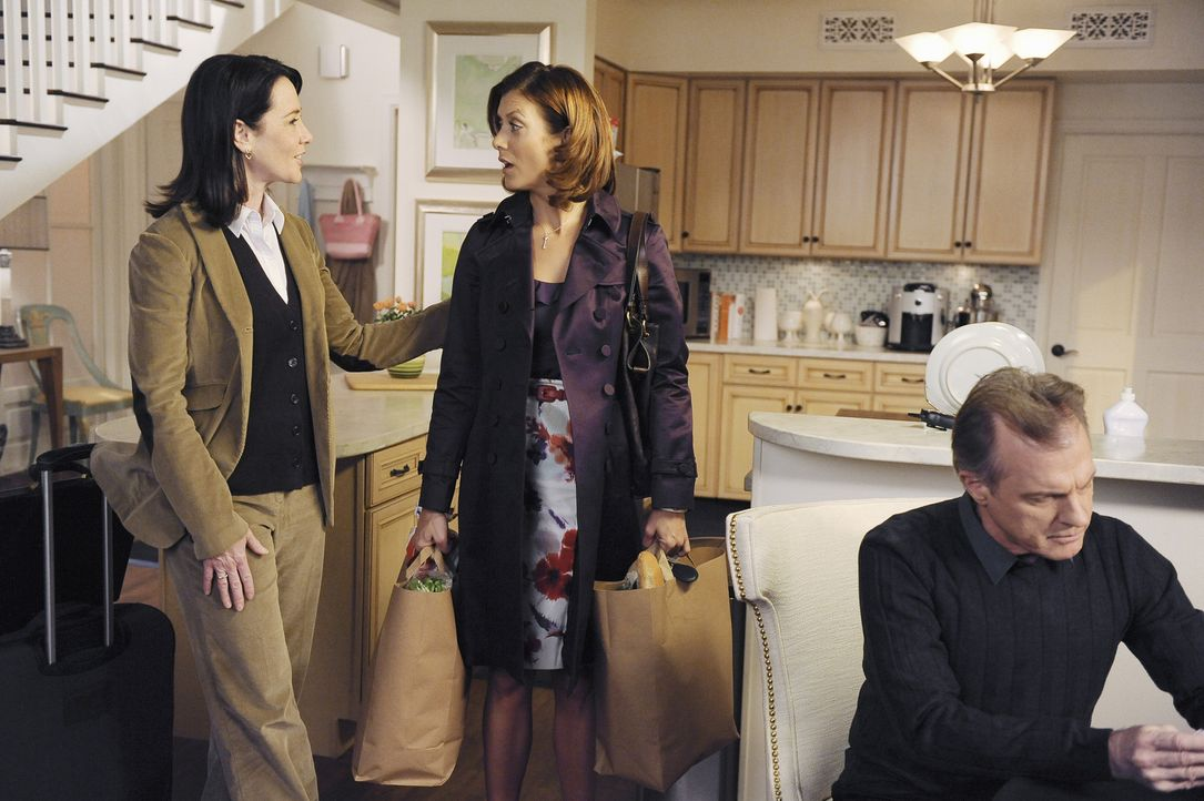 Noch ahnt Addison (Kate Walsh, M.) nicht, welch Geheimnis Captain (Stephen Collins, r.), Bizzy und Susan (Ann Cusack, l.) seit 20 Jahren vor ihr hab... - Bildquelle: ABC Studios