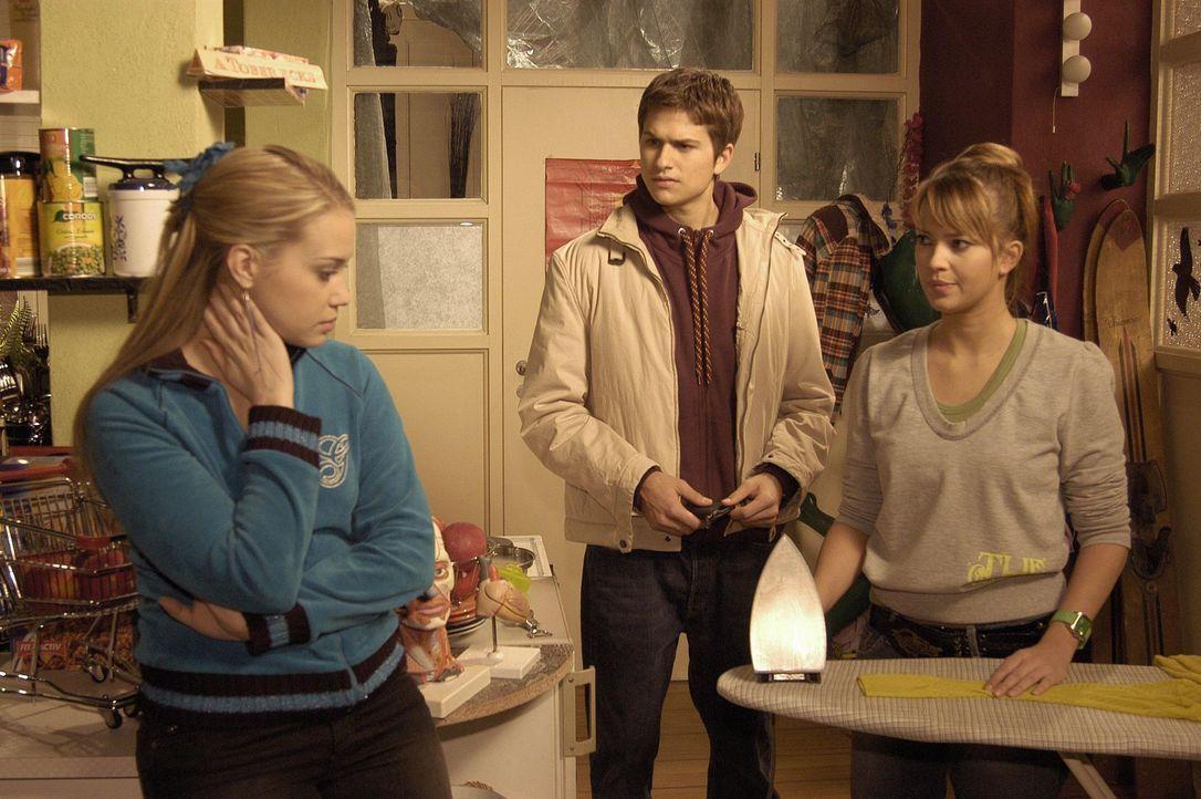 Hannah (Laura Osswald, r.) lässt sich von Kim (Lara-Isabelle Rentinck, l.) überreden, mit ihr in die Villa Seidel einzubrechen, um von dort ihre S... - Bildquelle: Sat.1