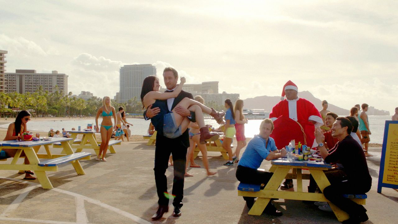 Was ist mit McGarrett (Alex O'Loughlin, M.r.) und Catherine (Michelle Borth, M.l.) los? - Bildquelle: 2012 CBS Broadcasting, Inc. All Rights Reserved.