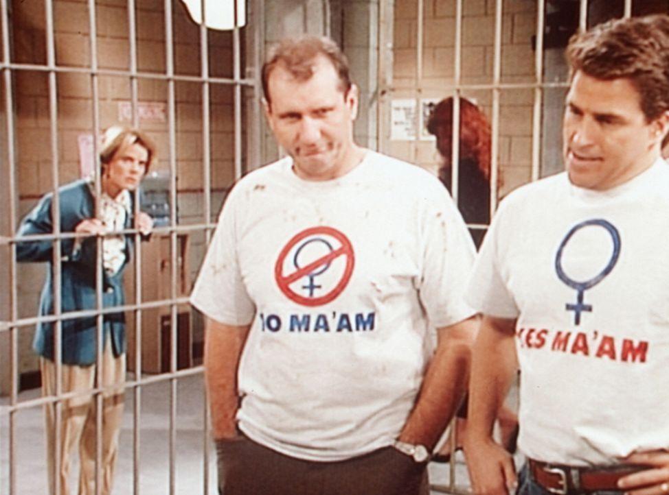 Bevor Al Bundy (Ed O'Neill, 2.v.l.) und Jefferson (Ted McGinley, r.) zu ihren Frauen zurückkehren, ziehen sie den Knast vor. - Bildquelle: Columbia Pictures