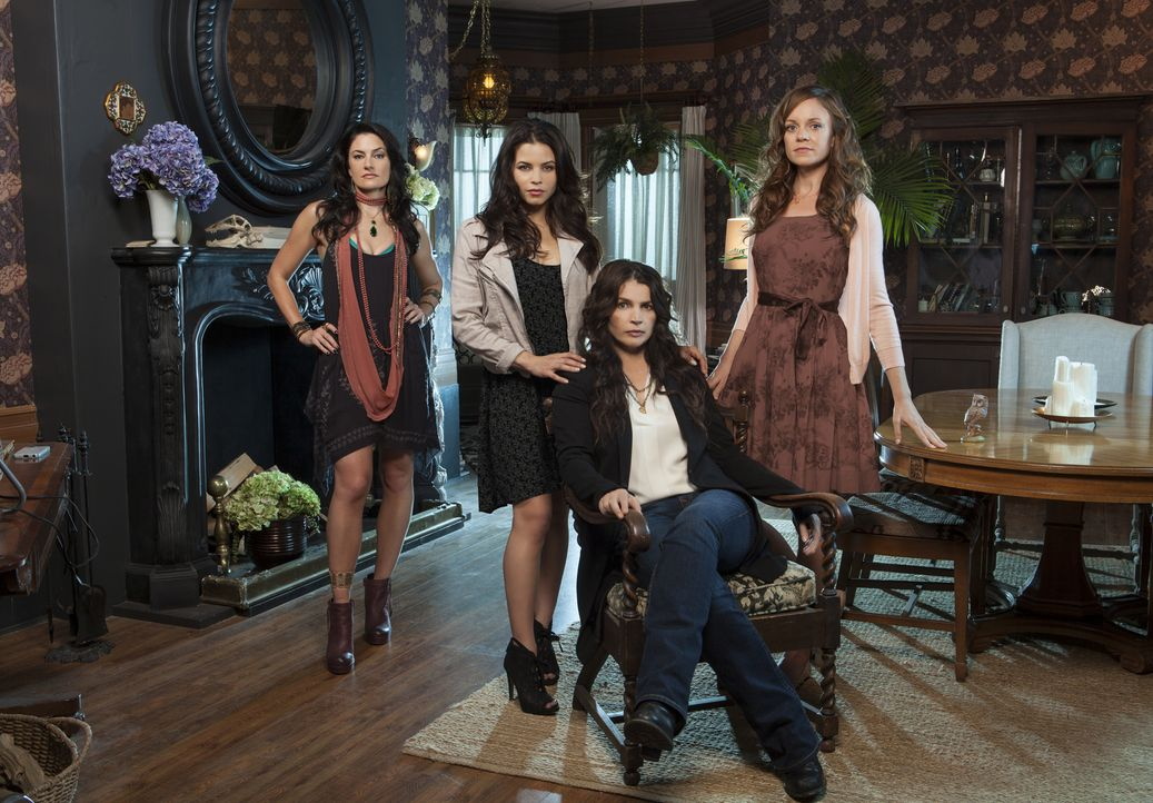 (1. Staffel) - Eine magische Familie (v.l.n.r.): Wendy (Mädchen Amick), Freya (Jenna Dewan-Tatum), Joanna (Julia Ormond) und Ingrid (Rachel Boston)... - Bildquelle: 2013 Lifetime Entertainment Services, LLC. All rights reserved.