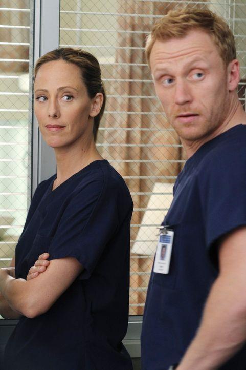Das Wiedersehen zweier Patienten stimmt das ganze Krankenhaus nachdenklich. Henry und Betty lassen Teddy (Kim Raver, l.), Owen (Kevin McKidd, r.) un... - Bildquelle: Touchstone Television