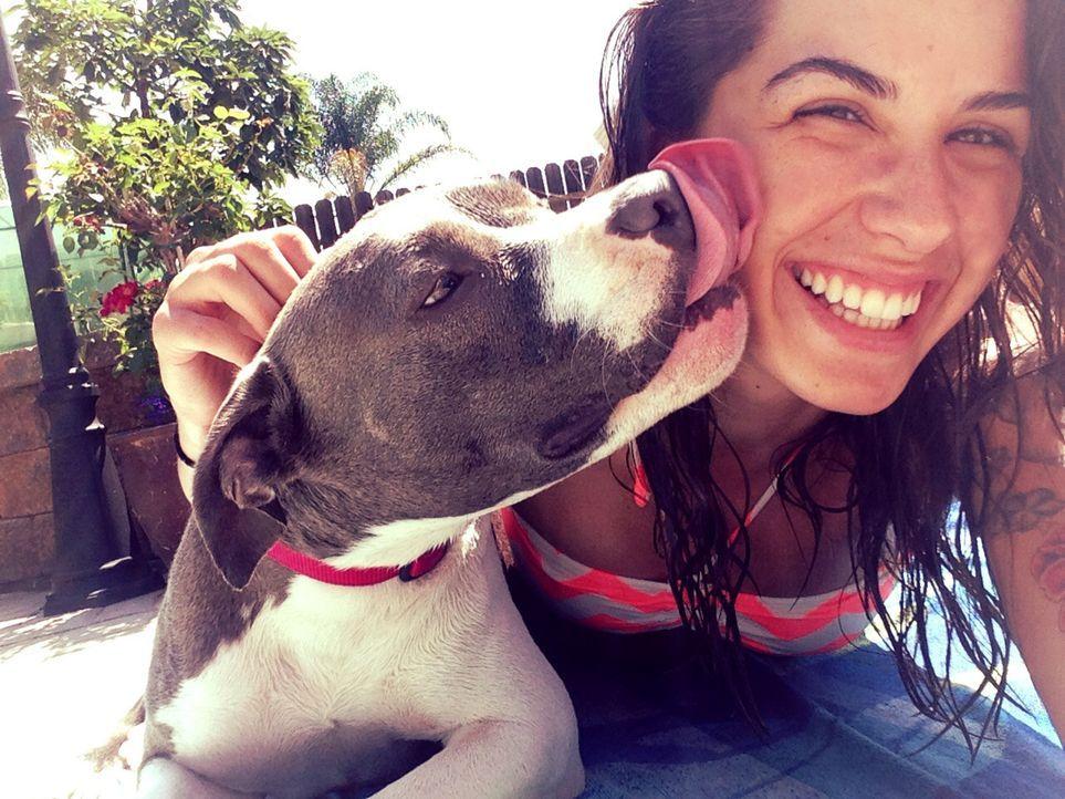Sydney liebt ihren Hund Nani, doch seine Aggressivität anderen Hunden gegenüber sorgt für Probleme mit Sydneys Freund und ihrem Vater ... - Bildquelle: Sydney D'Amato NGC/ ITV Studios Ltd