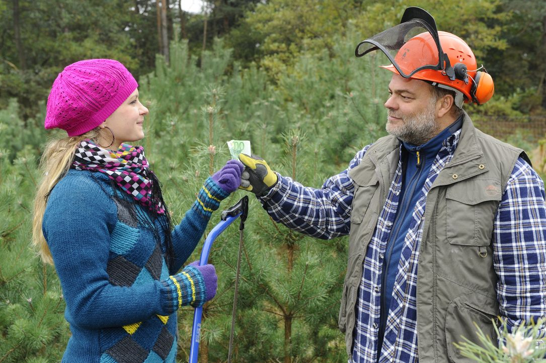Mia (Josephine Schmidt, l.) ist auf der Suche nach dem perfekten Weihnachtsbaum. Noch ahnt sich nicht, dass sie im Wald auf Alexander treffen wird,... - Bildquelle: SAT.1