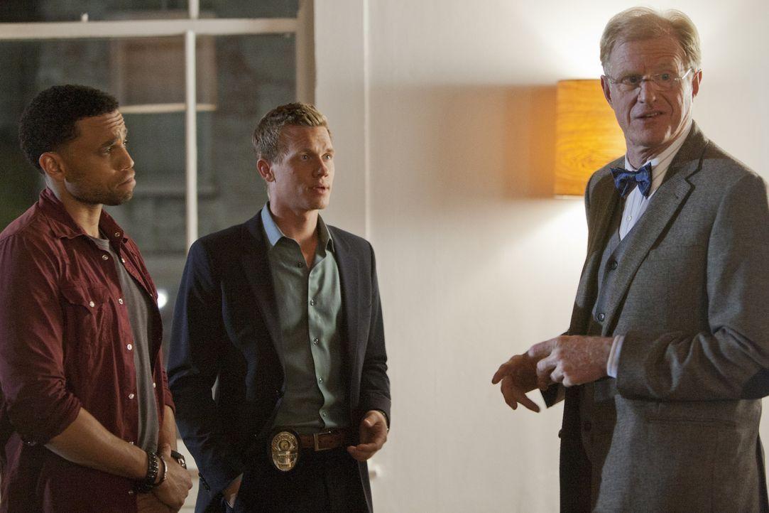 Da ihr neuer Therapeut (Ed Begley Jr., r.) grauenhaft ist, wollen Travis (Michael Ealy, l.) und Wes (Warren Kole, M.) unbedingt zu Dr. Ryan zurück.... - Bildquelle: USA Network