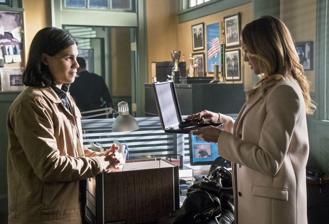 Cisco (Carlos Valdes, l.) entwickelt ein Gerät für Laurel (Katie Cassidy, r.), ohne zu wissen, wofür diese es wirklich benötigt ... - Bildquelle: Warner Brothers.