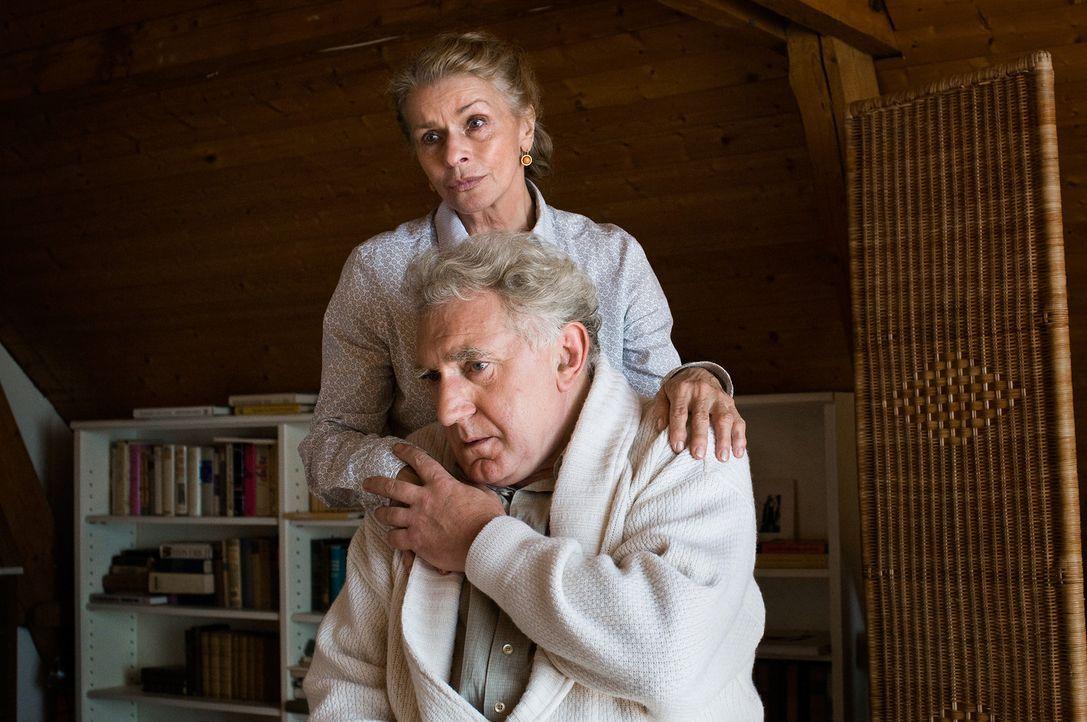Über ihnen kreist ein Damoklesschwert, das sie bisher verleugnet haben: Dorothea (Senta Berger, hinten) und Henning (Jan Decleir, vorne) ... - Bildquelle: 3L Filmverleih