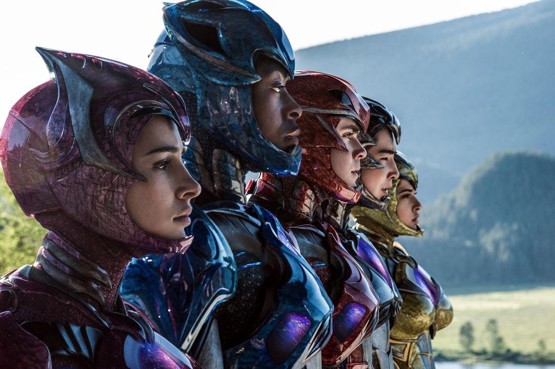 (v.l.n.r.) Pink Ranger (Naomi Scott), Blue Ranger (RJ Cyler), Red Ranger (Dacre Montgomery), Black Ranger (Ludi Lin), Yellow Ranger (Becky G) - Bildquelle: Kimberley French 2017 SCG Power Rangers LLC.  All Rights Reserved.