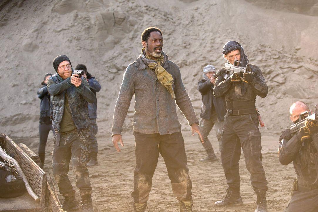 Während Jaha (Isaiah Washington, M.) und seine Gefolgsleute in der Todeszone nach der Lichterstadt Ausschau halten, erhalten Raven, Clarke und Bella... - Bildquelle: 2014 Warner Brothers