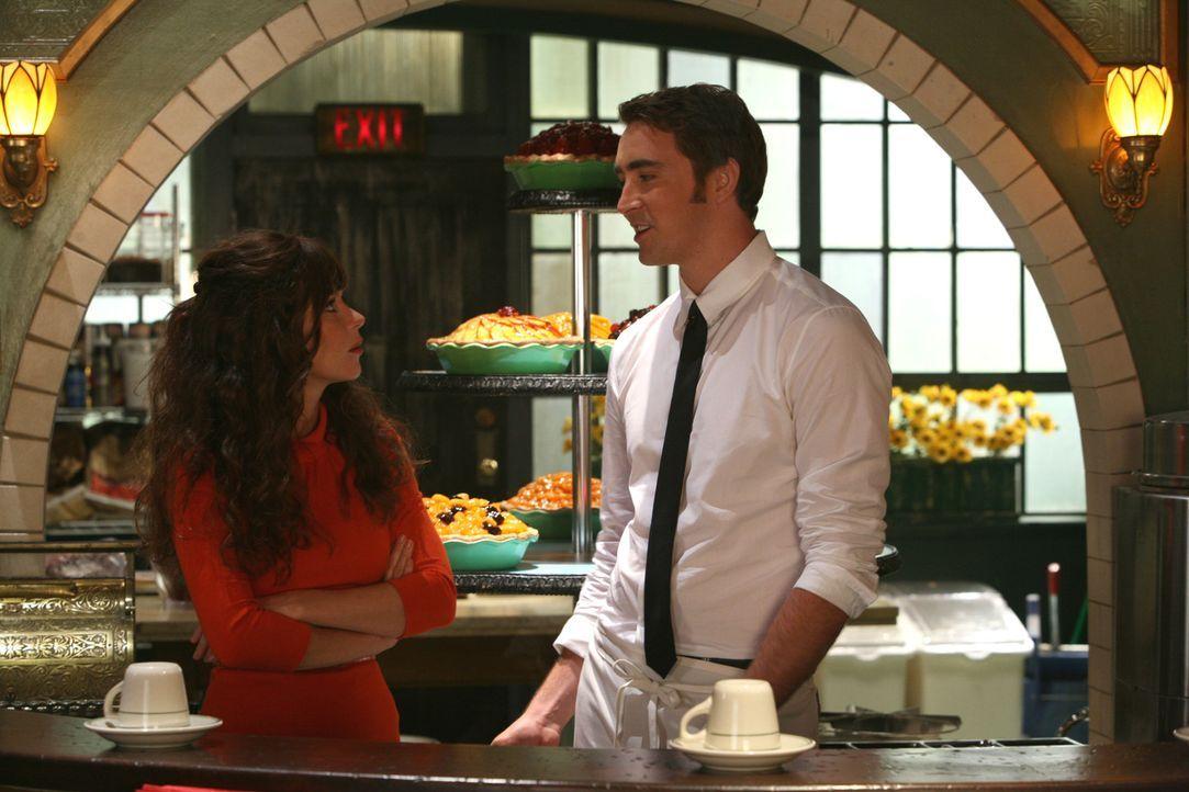 Chuck (Anna Friel, l.) muss erkennen, dass sie noch nicht über Ned (Lee Pace, r.) hinweg ist. Sie liebt ihn immer noch. Doch leider dürfen sich di... - Bildquelle: Warner Brothers