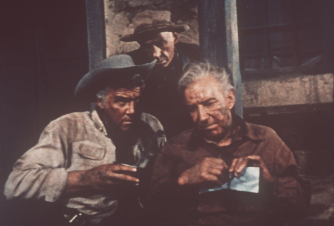 Nach einem anstrengenden Marsch durch die Wüste genießen Ben Cartwright (Lorne Greene, l.) und Polizeiinspektor Leduque (Lloyd Nolan, r.) den ersten... - Bildquelle: Paramount Pictures