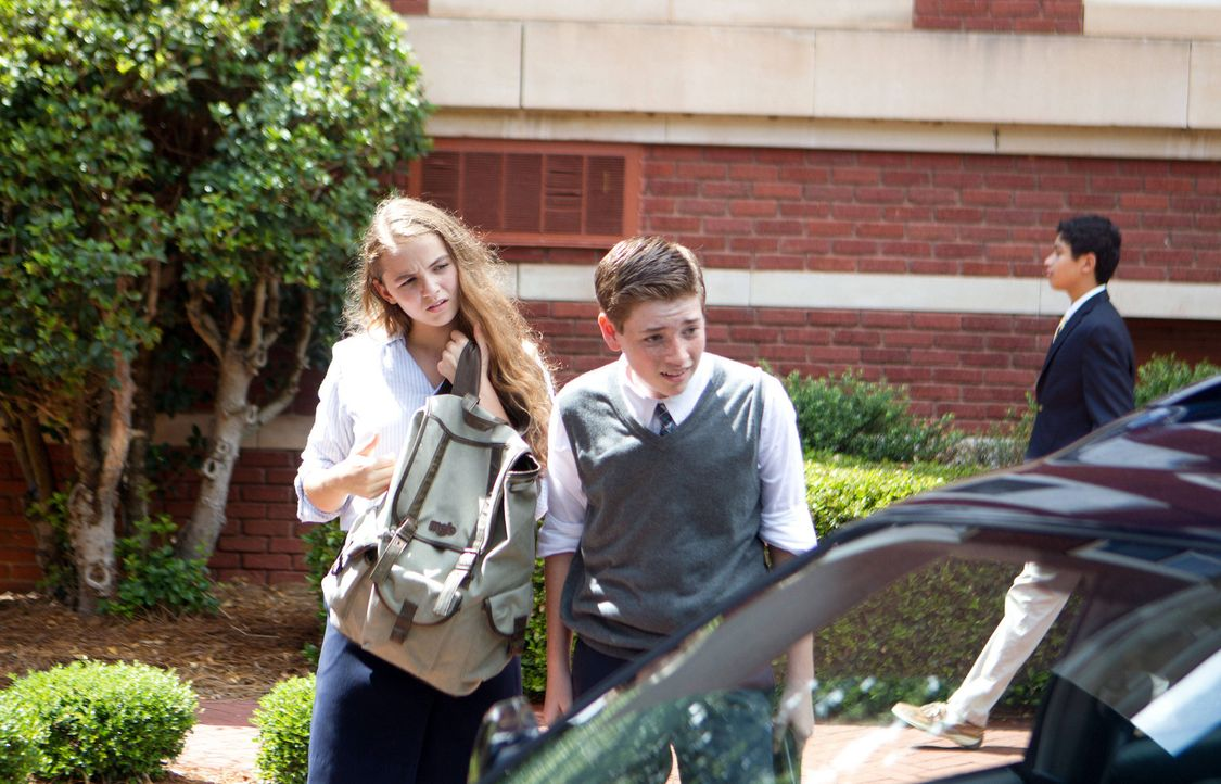 Ahnen nicht, was mit ihrem Vater los ist: Dana (Morgan Saylor, l.) und Chris (Jackson Pace, r.) ... - Bildquelle: 20th Century Fox International Television