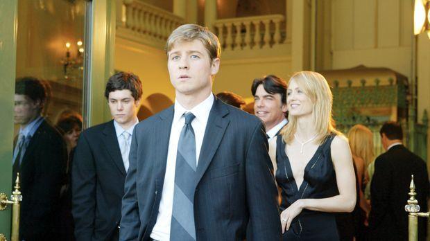 Als Ryan (Benjamin McKenzie, 2.v.l.) nach einem Autoklau von Sandy (Peter Gal...