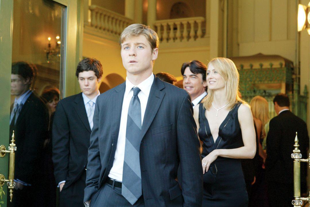 Als Ryan (Benjamin McKenzie, 2.v.l.) nach einem Autoklau von Sandy (Peter Gallagher, 2.v.r.) aufgenommen wird, stößt er auf die ihm völlig fremde... - Bildquelle: Warner Bros. Television