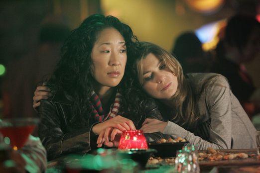 Grey's Anatomy - In der Bar fordert Meredith (Ellen Pompeo, r.) Cristina (San...