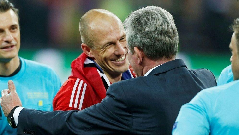 Jupp Heynckes (r.) lobt Arjen Robben (M.) - Bildquelle: PIXATHLONPIXATHLONSID