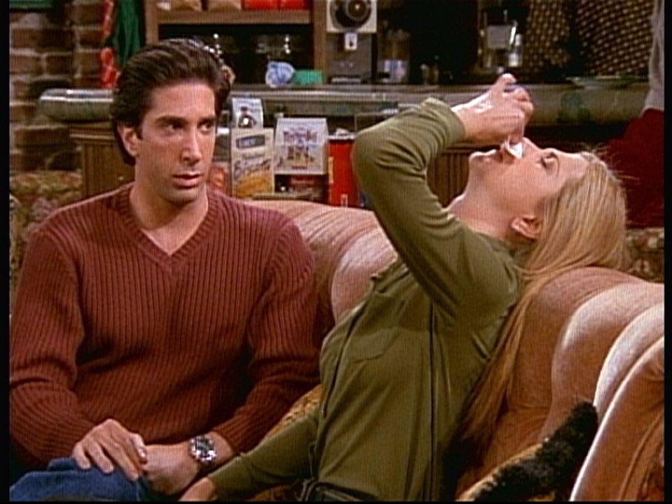 Rachel (Jennifer Aniston, r.) bekommt Nasenbluten, als Ross (David Schwimmer, l.) ihr etwas Wichtiges mitteilen will. - Bildquelle: TM+  2000 WARNER BROS.