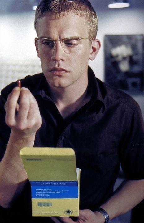 Obwohl der junge Architekt Stefan Schwarz (Sebastian Bezzel) kerngesund ist, entdeckt er täglich neue Symptome prekärer Krankheiten ... - Bildquelle: ProSieben
