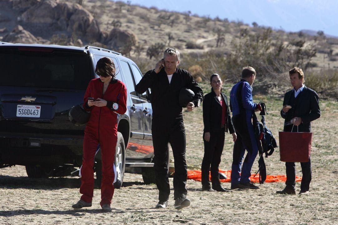 Haben Nadia Sobell (Jaime Murray, l.) und Randall Faulk (Patrick Fabian, 2.v.l.) etwas mit den mysteriösen Unfällen zu tun? Patrick (Simon Baker, r.... - Bildquelle: Warner Bros. Television
