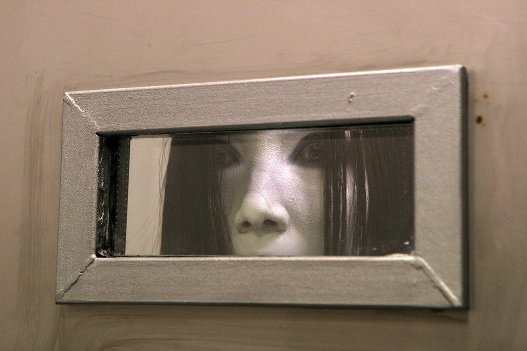 Lässt sich auch von geschlossenen Türen und Kameras nicht davon abhalten, ihre Opfer zu töten: Kayako (Aiko Horiuchi) ... - Bildquelle: Constantin Film Verleih
