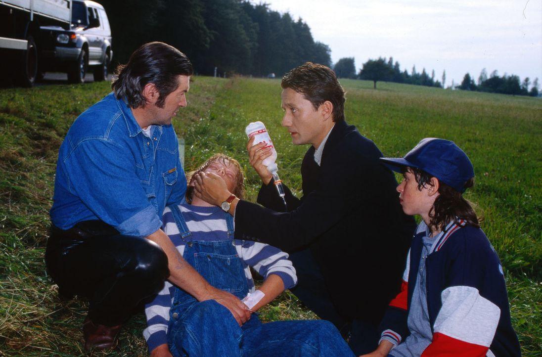 Auf der gemeinsamen Flucht ist Ingo (Oliver Grober, 2.v.l.) zusammengebrochen - Mirko (Alfred Krämer, r.) ist total hilflos. Ein LKW-Fahrer (Horst K... - Bildquelle: Mike Gast Sat.1