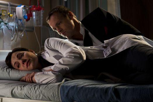 Saving Hope - Michael Shanks, r.) eine Hand bewegt hat, glaubt Alex (Erica Du...