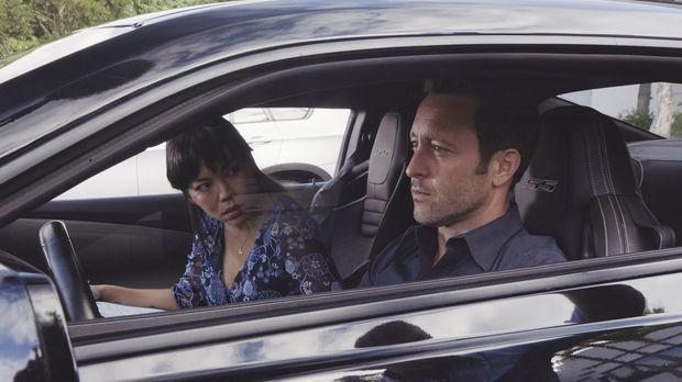Steve McGarrett (Alex O'Loughlin, r.) muss eine Fahrt mit einer Fahrlehrerin...