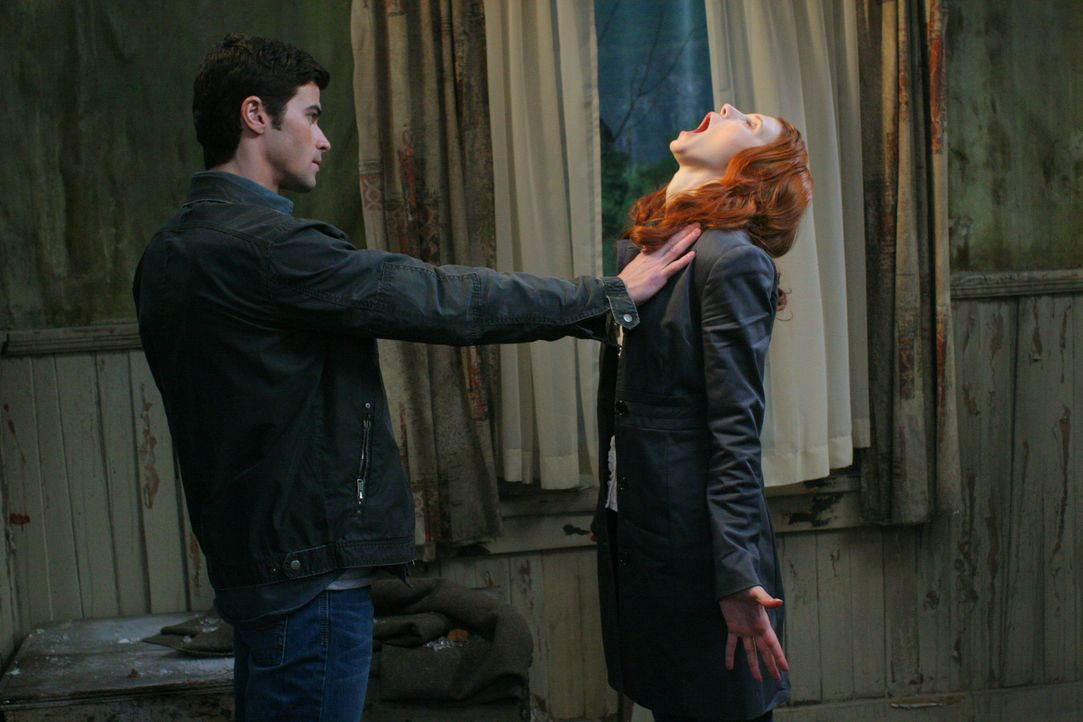 Da Anna (Julie McNiven, r.) nicht die Macht hat, Sam zu töten, macht sie eine Zeitreise in die Vergangenheit, um Sam und Deans Eltern Mary und John... - Bildquelle: Warner Bros. Television
