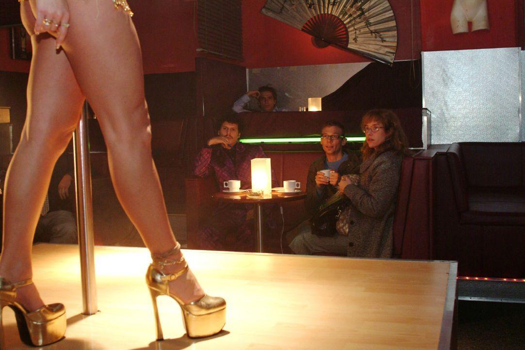 Im Gegensatz zu Rokko (Manuel Cortez, l.) und Jürgen (Oliver Bokern, M.) kann Lisa (Alexandra Neldel, r.) der Tabledance-Bar nicht viel abgewinnen.... - Bildquelle: Monika Schürle Sat.1