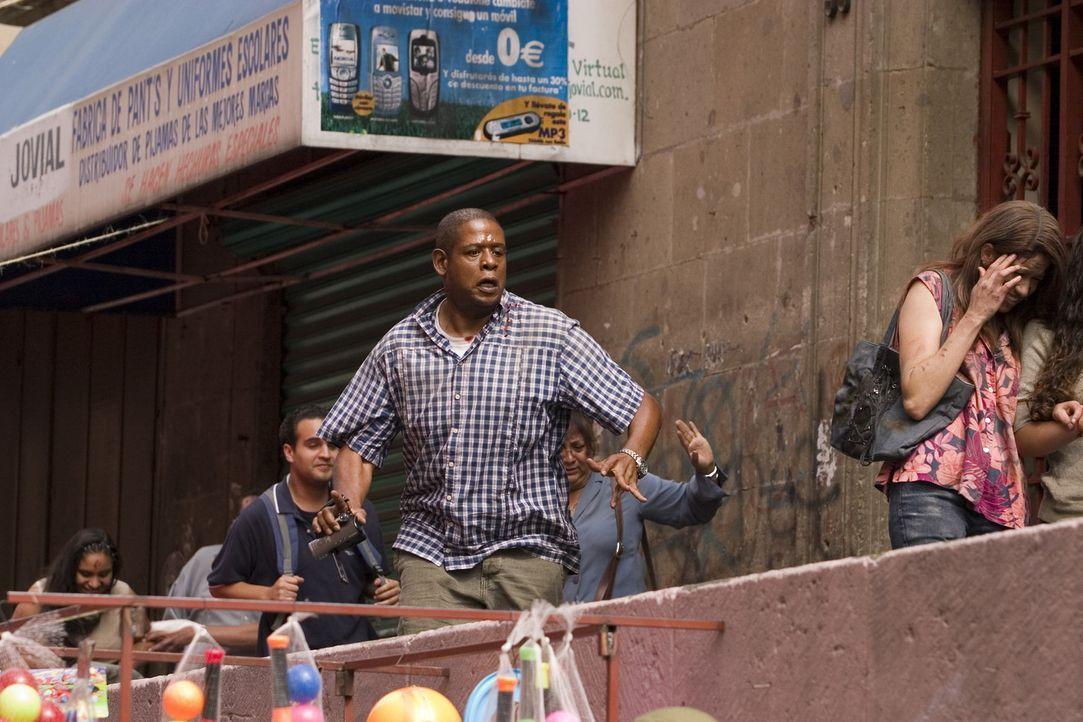 Obwohl um ihn herum ein Attentat auf einen US-Präsidenten verübt wird, eine Bombe explodiert und daraufhin eine Massenpanik ausbricht, greift der... - Bildquelle: 2008 Columbia Pictures Industries, Inc. and GH Three LLC. All Rights Reserved.