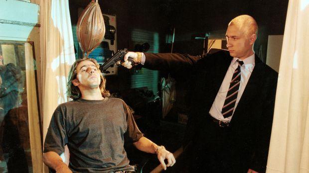 Uli Fichte (Dieter Landuris, l.) vertritt den Bodyguard von Dr. Strattmann un...