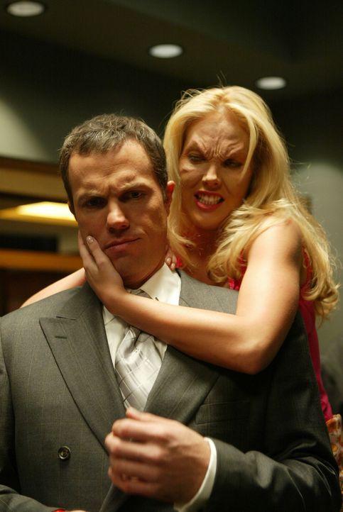 Marcus Hamilton (Adam Baldwin, l.) wird von Harmony (Mercedes McNab, r.) angegriffen ... - Bildquelle: The WB Television Network