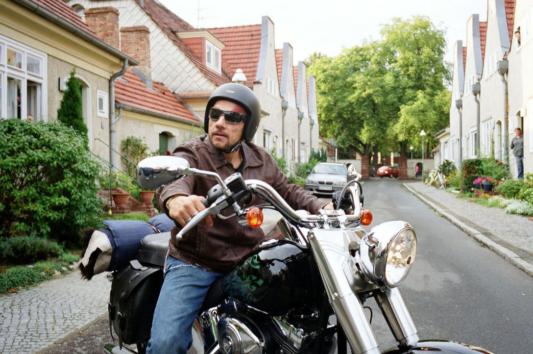 """Katrins Samenspender ist Frank Kolakowski, genannt """"Kola"""" (Richy Müller). Er ist ein passionierter Biker und Besitzer eines Tattoostudios. Allerdin... - Bildquelle: Sat.1"""