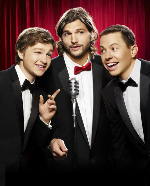 (9. Staffel) - Two and a Half Men: Walden Schmidt (Ashton Kutcher, M.), Alan (Jon Cryer, r.) und Jake Harper (August T. Jones, l.) ... - Bildquelle: Warner Brothers Entertainment Inc.