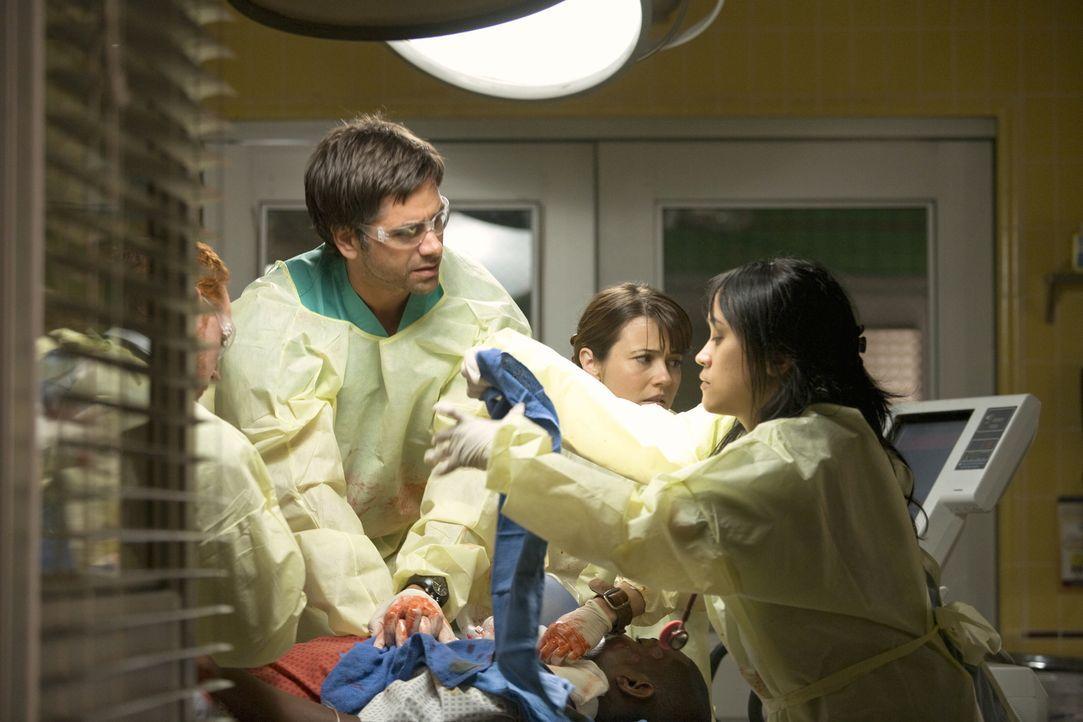 Kämpfen mit allen Mitteln, das Leben von Pratt (Mekhi Phifer, liegend) zu retten: Morris (Scott Grimes, l.), Gates (John Stamos, 2.v.l.), Sam (Lind... - Bildquelle: Warner Bros. Television