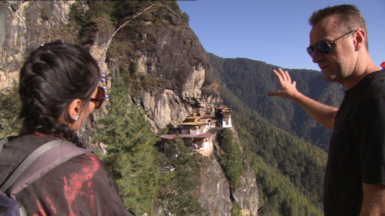 Tom Waes (r.) reist diesmal nach Bhutan, ein kleines Königreich mitten im Himalaya. Die Bevölkerung dort soll angeblich eine der glücklichsten auf d... - Bildquelle: 2013 deMENSEN
