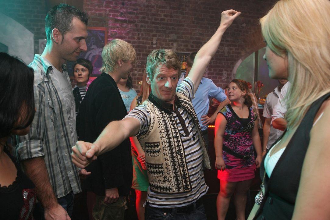 Wenn man sich auf der Tanzfläche einer Disco befindet, passt man seinen Tanzstil am besten der Musik an. Sonst fällt man wie er (Michael Kessler,... - Bildquelle: Sat.1