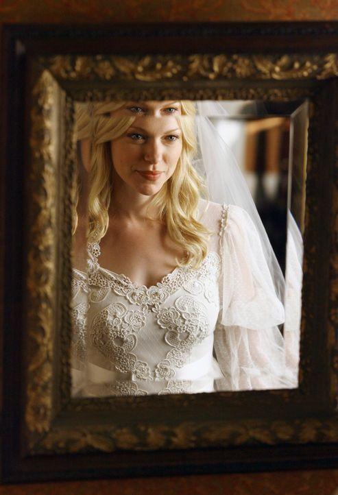 Voller Vorfreude auf ihre bevorstehende Hochzeit mit Ray probiert Hannah (Laura Prepon) das alte Hochzeitskleid ihrer Mutter an... - Bildquelle: ABC Studios