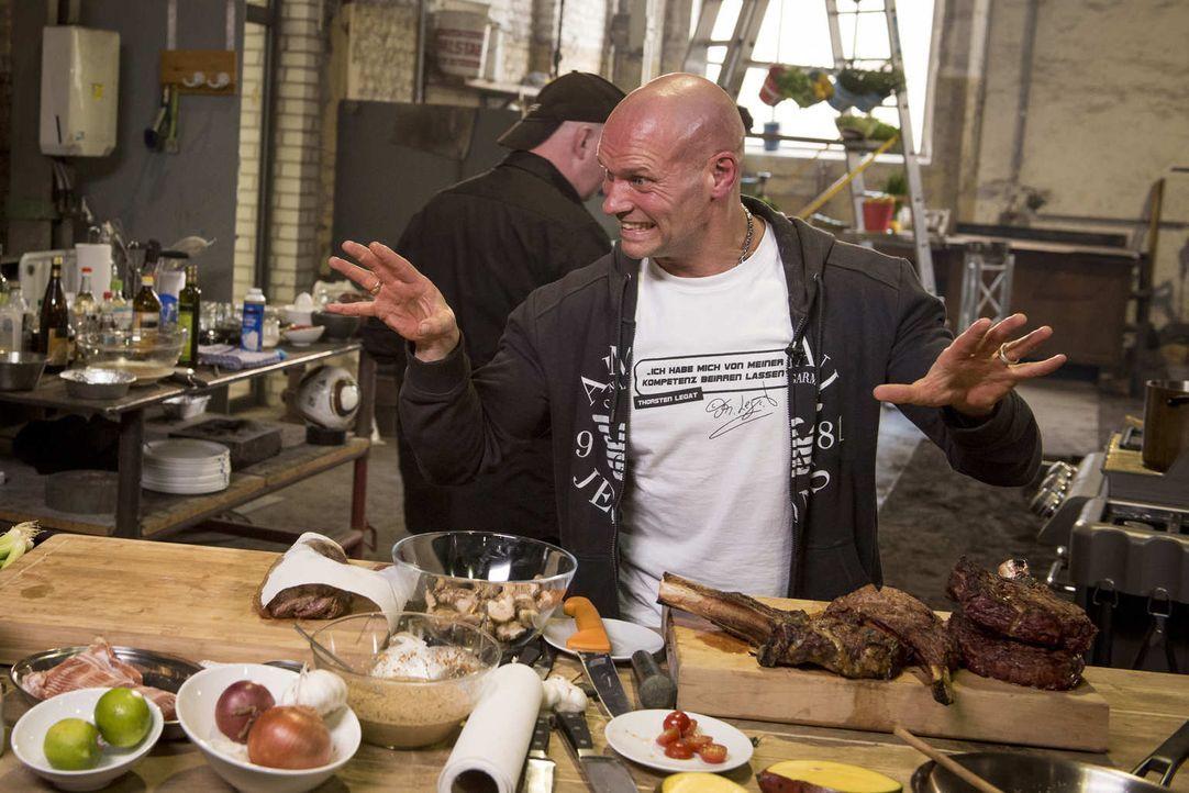 Fußball-Legende Thorsten Legat serviert unter anderem Rinderfilet Tataki und geräucherte T-Bone-Steaks ... - Bildquelle: Martin Rottenkolber ProSieben MAXX