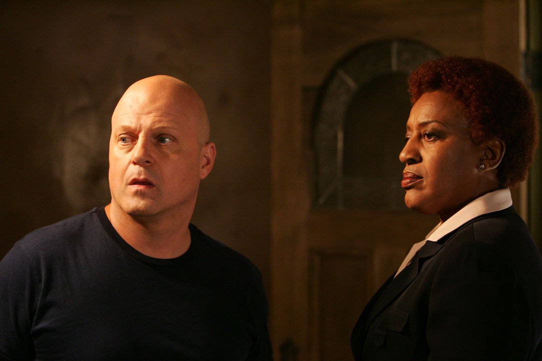 Mackeys (Michael Chiklis, l.) Geheimniskrämerei beunruhigt den Captain (C. C. H. Pounder, r.) ... - Bildquelle: 2007 Twentieth Century Fox Film Corporation. All Rights Reserved.