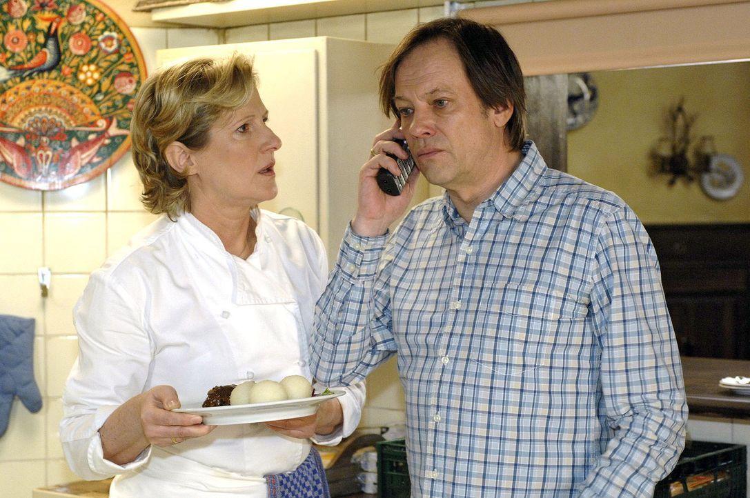 Susanne (Heike Jonca, l.) und Armin (Rainer Will, r.) erhalten unerfreuliche Nachrichten. Ein Gast soll sich beim Essen mit Salmonellen vergiftet ha... - Bildquelle: Oliver Ziebe Sat.1